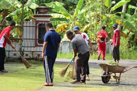 Menyambut Lomba Kebersihan, Pamong Desa Kompak Kerja Bakti