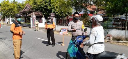 Operasi Masker di depan Kantor Kalurahan Tirtomulyo